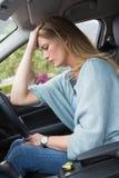 Bekymrat kvinnasammanträde i chaufförplats royaltyfri fotografi