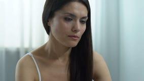 Bekymrat kvinnligt hållande graviditetstest- och danandebeslut, ofruktbarhetproblem stock video