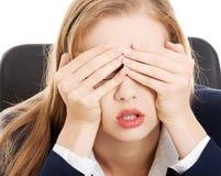 Bekymrat ledset sammanträde för affärskvinna vid tabellen. Royaltyfri Bild