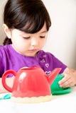 Bekymrat litet barn på tebjudningen Arkivfoton
