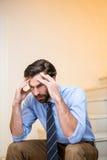 Bekymrat mansammanträde på trappa arkivbilder