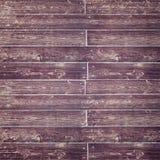 Bekymrat purpurfärgat Wood staket med skriften Arkivfoto
