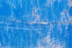 Bekymrat sprucket gammalt blåttmålarfärgträ arkivfoto