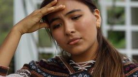 Bekymrat tonårigt med huvudvärk eller feber arkivfoto