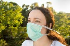Belägen mitt emot förorening för kvinna Fotografering för Bildbyråer