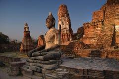 Belägen mitt emot solnedgång för Buddha Arkivfoton