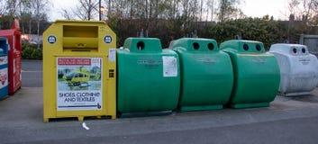 Belägga med metall återanvändningsfack på en lokal supermarketparkeringshus royaltyfri bild