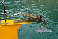 Belägga med metall ankaret på pilbågen av yachten arkivfoton
