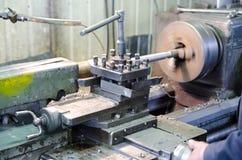 Belägga med metall arbetet bearbetar med maskin Royaltyfri Bild
