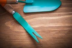 Belägga med metall att rensa skopahandspaden på det wood brädejordbrukbegreppet Fotografering för Bildbyråer
