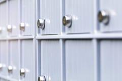 Belägga med metall brevlådor och låsa i affärsmitt av en stads- granne royaltyfria bilder
