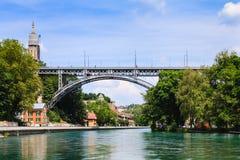 Belägga med metall bron över den Aare floden i Bern, huvudstad av Schweiz Royaltyfri Fotografi