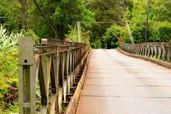 Belägga med metall bron på vägen till boquetebyn, Panama Royaltyfri Foto