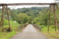 Belägga med metall bron på vägen till den Boquete byn från th Arkivbild