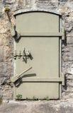 Belägga med metall dörren i den gamla väggen, bakgrundstextur Fotografering för Bildbyråer