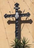 Belägga med metall dekorativ INRI med skugga, i Positano, en by och comune på den Amalfi kusten Arkivfoton