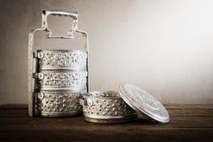 Belägga med metall den Tiffin bäraren, thai matbärare på trätabellbackgrou fotografering för bildbyråer