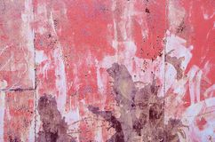 Belägga med metall det delvist rostiga arket som täckas med olika färger: rosa färger, Arkivbild