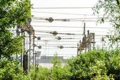 Belägga med metall elektriska tillförselkablar för hög spänning över järnväg Arkivfoto