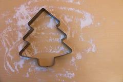Belägga med metall formen för julkaka i form av julträdet royaltyfria bilder