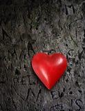Belägga med metall hjärta på grungeväggen Royaltyfri Bild