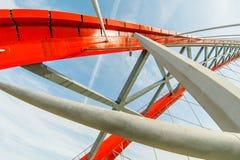 Belägga med metall konstruktion av en bro av röd färg Arkivfoto