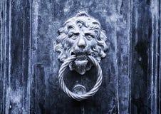 Belägga med metall lejondörrhandtaget - begreppet för antikvitet som är gotiskt, gåta arkivfoto