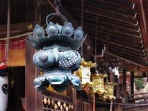 Belägga med metall lyktor, den Himure Hachiman relikskrin, Omi-Hachiman, Japan Arkivfoto