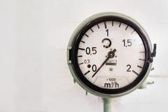 Belägga med metall manometern, visartavla för siffror A för rund industriell termometersvart stor på nollvit bakgrund Arkivbild