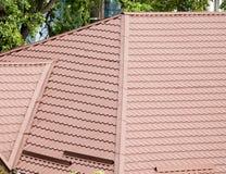Belägga med metall profilen på taket av huset som en bakgrund arkivbilder