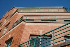 Belägga med metall räcke och däck på nya men tomma lägenhetlägenheter på ett N Fotografering för Bildbyråer