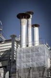 Belägga med metall raffinaderiet, rörledningar och torn, överblick för tung bransch Royaltyfria Bilder