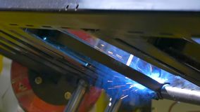 Belägga med metall roboten för svetsning för järnlaser-argon i fabriksultrarapid arkivfilmer