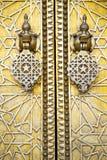 Belägga med metall rostiga bruna Marocko i guld- fasadhem och säkert block Royaltyfri Foto