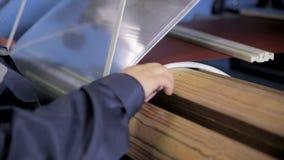 Belägga med metall rullningen som sårar på en spole på en metallfabrik Hög spänningstransformatorproduktion arkivfilmer