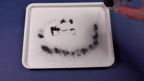 Belägga med metall shavings under påverkan av en magnetfält Experiment med en magnet arkivfilmer