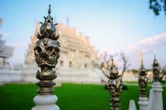 Belägga med metall skallekonst i Wat Rong Khun Royaltyfri Bild