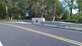 """Belägga med metall skyddande barriärer på den nyligen konstruerade lilla bron 2-C-504 NJ USA Ð """", Arkivfoto"""