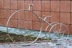 Belägga med metall stålmonumentet till cykeln i gatan Royaltyfria Foton