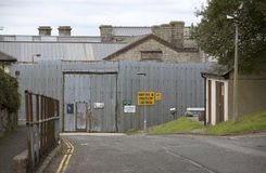 Belägga med metall staketet och dörröppningen på det Dartmoor fängelset UK Arkivfoto