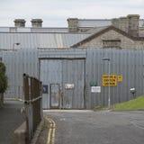 Belägga med metall staketet och dörröppningen på det Dartmoor fängelset UK Arkivbild