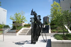 Belägga med metall statyetten i konstområdet Dallas, TX arkivfoto