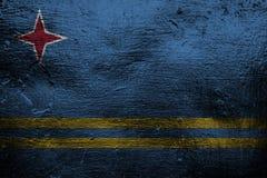Belägga med metall textur eller bakgrund med att blanda den Aruba flaggan Arkivbilder