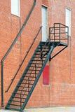 Belägga med metall trappabrandflykten på yttersida av tegelstenbyggnad Royaltyfri Foto