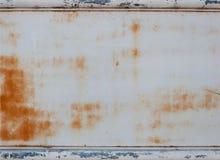 Belägga med metall väggen med rost och gränsa för bakgrund Arkivfoton