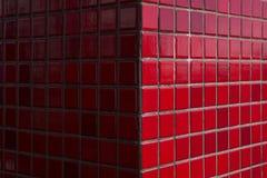 Belägger med tegel texturerad röd utomhus- byggnadsyttersida för väggen bakgrund arkivbild