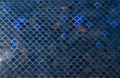 Belägger med tegel väggen Mörkret - den blåa marinen belägger med tegel väggen med under havsinsen royaltyfria bilder