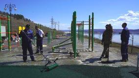 Beläggningen av rubber smula läggas i den öppna luften, på betong, asfalt, trä, metall och andra förberedda baser lager videofilmer