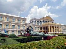 Belägringkanon i framdel av departementet av försvar, Bangkok, Thailand Arkivfoto