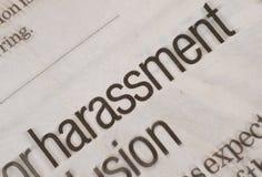 Belästigungsnachrichten in der Zeitung mit den schwarzen und mutigen Buchstaben Stockbild